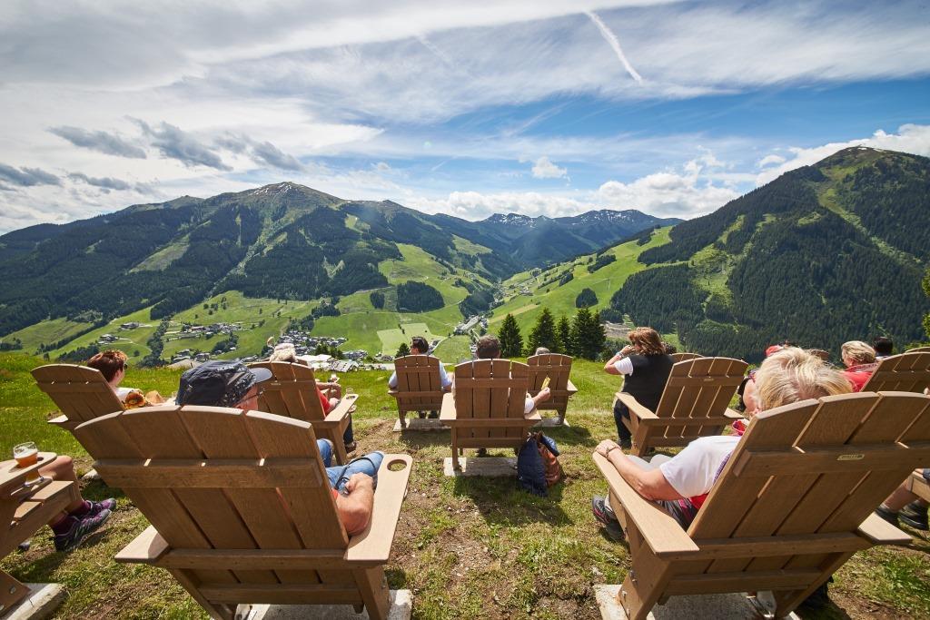 Im Edelweiss Alpenkino laden Kinobänke zum Verweilen ein. (Bildquelle:  Brau Union Österreich / Daniel Roos Fotografie)
