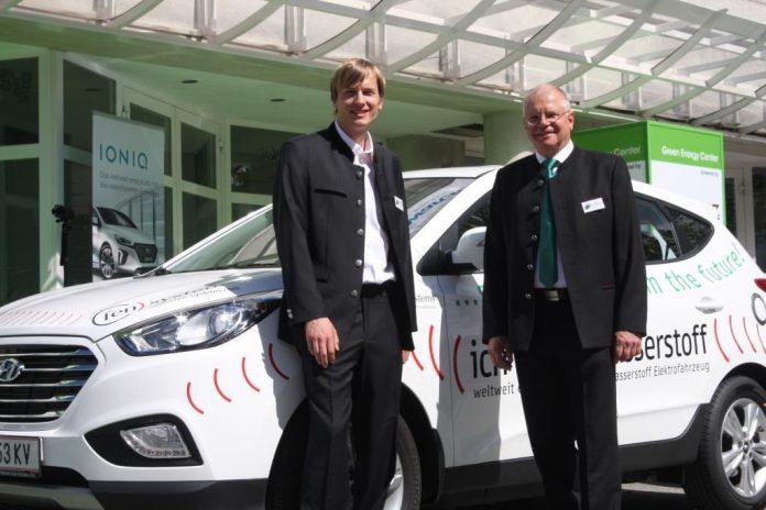 Dr. Ernst Fleischhacker (fen-systems) und Dipl.-Ing. Nikolaus Fleischhacker (fen-systems) präsentieren zur Eröffnung des Green Energy Centers das firmeneigene Brennstoffzellenfahrzeug (Hyundai ix35 FCEV aus der weltweit ersten Serie) von fen-systems (Bildquelle: Hyundai / Karl Hartner)