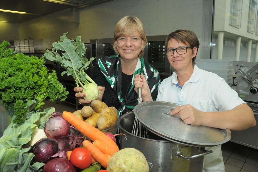 LR Mag. Barbara Schwarz mit Heidemarie Wögerer, Küchenchefin des LPH Gloggnitz (Bildquelle: Land NÖ)