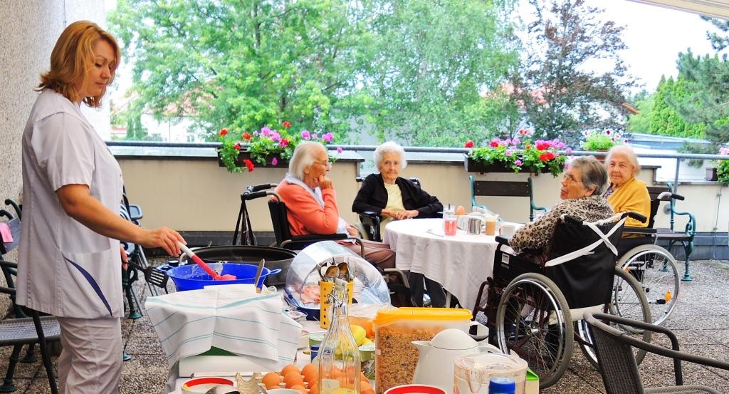 Gemütliches Frühstück auf der Terrasse – das ist auch in den NÖ Landespflegeheimen, wie hier zum Beispiel im LPH Bad Vöslau, beliebt. (Bildquelle: Land NÖ)