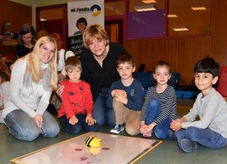 Julia Sylvester (Kindergartenpädagogin) und Landesrätin Barbara Schwarz unternahmen erste Programmierschritte mit Kindern des NÖ Landeskindergartens Pernerstorferplatz in St. Pölten. (Bildquelle: NLK Burchhart)