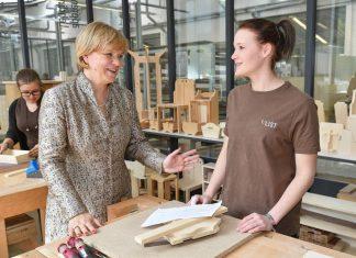 Landesrätin Mag. Barbara Schwarz mit einem weiblichen Lehrling der Firma F. List in Thomasberg. (Bildquelle: NLK / Burchhart)