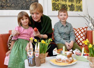 Landesrätin Barbara Schwarz mit Magdalena und Nikolas bei Vorbereitungen zum Osterfest. (Bildquelle: NLK Filzwieser)