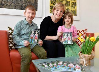 """Familienlandesrätin Schwarz freut sich mit Nikolas und Magdalena auf zahlreiche Einreichungen zum """"Wettbewerb Ferienbetreuung 2017"""". (Bildquelle: NLK Filzwieser)"""