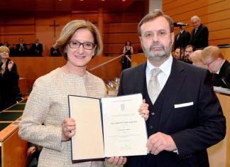 Mag. Johanna Mikl-Leitner wurde von Landtagspräsident Ing. Hans Penz als erste Landeshauptfrau von Niederösterreich angelobt. (Bildquelle: NLK / Reinberger)