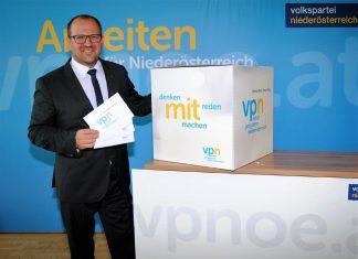 """VPNÖ-Landesgeschäftsführer LAbg. Bernhard Ebner präsentiert """"Volles Programm und neuen Stil für Niederösterreich"""". (Bildquelle: ReschMedia)"""