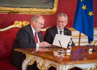 Justizminister Wolfgang Brandstetter (links im Bild) bei der Angelobung mit Bundespräsident Alexander Van der Bellen (Bildquelle: ÖVP/Jakob Glaser)