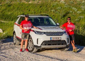 Die beiden Gewinner der Qualifikations-Challenge: Andreas Auer (Salzburg) und Matthias Pycha (Innsbruck) mit dem neuen Land Rover Discovery. (Bildquelle: Land Rover Austria)