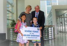 Landesrätin Barbara Schwarz, Landesschulratspräsident Johann Heuras freuen sich mit Tatjana und Max auf die Sommerferien. (Bildquelle: Thomas Resch)