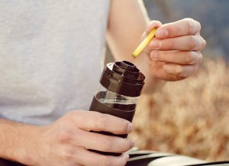 Im Büro, zu Hause, beim Sport oder im Urlaub: Mit einfachen Handgriffen wird die stylische Flasche mit Wasser befüllt und die jeweilige Geschmackskapsel in den Flavorizer™ eingelegt. (Bildquelle: nuapua®)