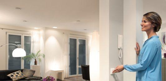 Tipps für die intelligenten vier Wände. Mit moderner Smart-Home-Technologie wird das Zuhause sicherer, komfortabler und das Energiesparen einfacher. (Bildquelle: obs / devolo AG / Matthias Capellmann)