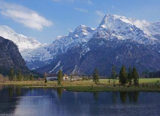Panoramablick: Der Almsee beim Bergsteigerdorf Grünau im Almtal (Bildquelle: Österreichischer Alpenverein (ÖAV), Bergsteigerdörfer / Ulrich Kirchmayr)