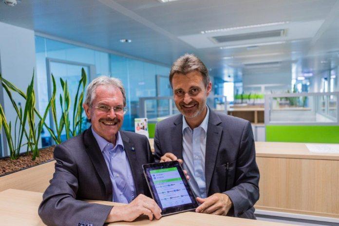 (v.l.n.r.): Verkehrslandesrat Karl Wilfing und VOR-Geschäftsführer Wolfgang Schroll präsentieren die zahlreichen Fahrgast-Online Services. (Bildquelle: Land NÖ)