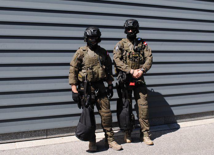 Einsatzkommando Cobra: 21 Männer erhielten das rote Barett (Bildquelle: Thomas Resch)