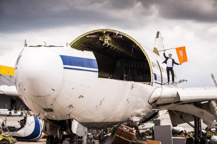 Jan Pannenbäcker, CEO von Schrott24, auf einer der beiden von Schrott24 verwerteten Airbus A310. (Bildquelle: Schrott24 / Geert Vanden Wijngaert)