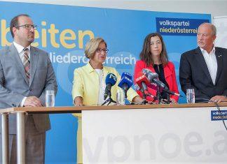 (v.l.n.r.): VP-Landesgeschäftsführer Bernhard Ebner, Landeshauptfrau Johanna Mikl-Leitner, Bürgermeisterin Daniela Engelhart und Bürgermeister Horst Gangl bei der Pressekonferenz. (Bildquelle: Volkspartei NÖ)