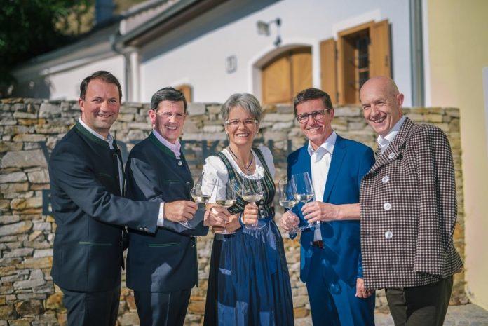 (v.l.n.r.): Bernhard Schröder (GF, Donau Niederösterreich), Christoph Madl (GF, Niederösterreich-Werbung), Landesrätin Petra Bohuslav, Erwin Krammer (Architekt Bründlgraben) und Franz Ehrenleitner (Dir., GF Winzer Krems – Sandgrube 13) (Bildquelle: Roman Seidl)