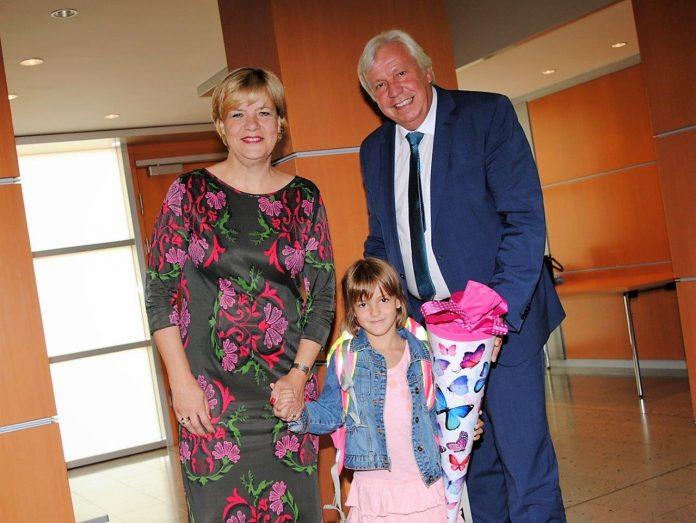 NÖ Bildungs-Landesrätin Barbara Schwarz und Landesschulratspräsident Johann Heuras wünschten Magdalena Trettler aus St. Pölten alles Gute für ihren ersten Schultag. (Bildquelle: Thomas Resch)
