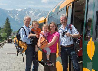 Der Salamander bringt seine Fahrgäste bequem auf den höchsten Berg Niederösterreichs, im Bild: NÖVOG Geschäftsführer Gerhard Stindl, Maximilian, Katharina und Barbara Placek sowie Verkehrslandesrat Karl Wilfing (Bildquelle: NÖVOG/Baldauf)
