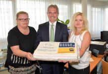 LR Karl Wilfing gratuliert dem NÖ Wohnservice und stellvertretend den beiden Mitarbeiterinnen Sabine Schwarz und Hermine Brandstetter zum 10jährigen Geburtstag. (Bildquelle: Land NÖ)