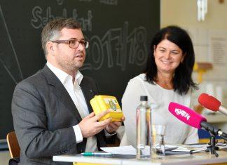 Landesrat Ludwig Schleritzko und Sigrid Bannert, Direktorin der Praxisvolksschule Krems, betonten bei der Pressekonferenz die Bedeutung von Bewegung, Ernährung und mentaler Gesundheit. (Bildquelle: NLK / Filzwieser)