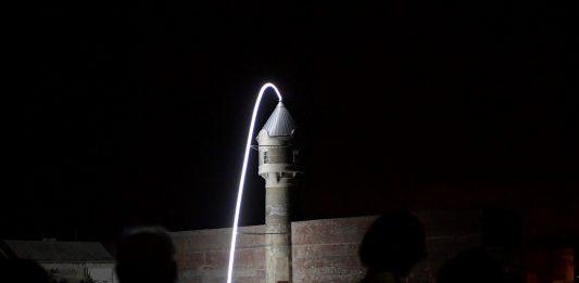 """Die Lichtskulptur """"Fontain"""" am ehemaligen Glanzstoffgelände in St. Pölten. (Bildquelle: NLK / Johann Pfeiffer)"""