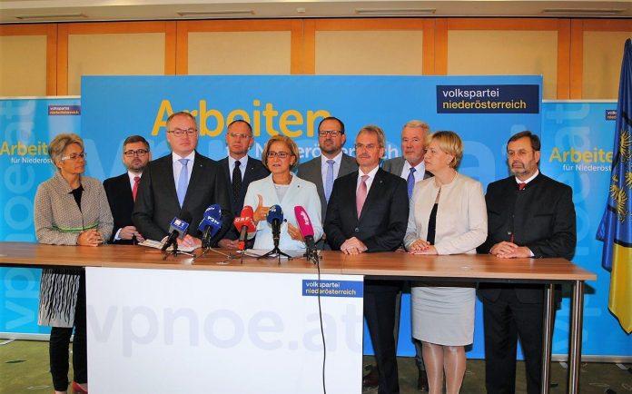 Landeshauptfrau Mikl-Leitner und das Regierungsteam der Volkspartei Niederösterreich bei der Pressekonferenz in Neuhofen/Ybbs. (Bildquelle: Thomas Resch)