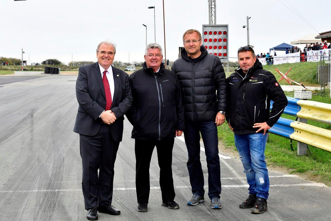 (v.l.n.r.): Vizekanzler Dr. Wolfgang Brandstetter, Franz Wurz, Markus Reichenvater (Bürgermeister Altenburg) und MJP-Teammanager Jürgen Weiss. (Bildquelle: Walter Vogler)