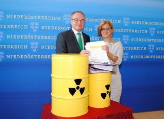 LH-Stellvertreter Stephan Pernkopf und Landeshauptfrau Johanna Mikl-Leitner präsentierten die erfolgreiche Bilanz der Unterschriftenaktion gegen ein Atommüll-Endlager in Grenznähe. (Bildquelle: Thomas Resch)