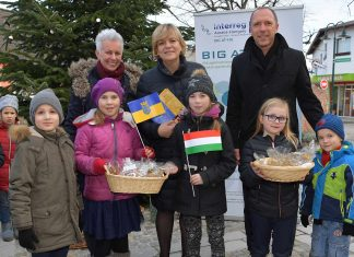 Bgm. Ernestine Sochurek (Winzendorf), Landesrätin Barbara Schwarz und Bgm. Manfred Rottensteiner (Wolkersdorf) mit österreichischen und ungarischen Kindern (Bildquelle: NLK Filzwieser)