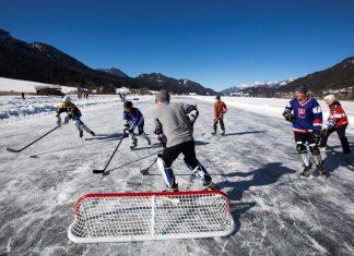 Pondhockey als gesellschaftlicher Treffpunkt am Natureis (Bildquelle: Weissensee Information / Stefan Valthe)