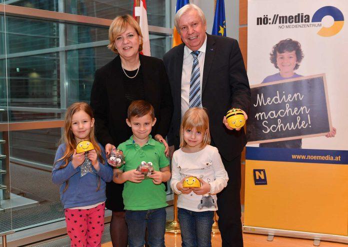 Landesrätin Barbara Schwarz und Landesschulrats-Präsident Johann Heuras freuen sich über die flächendeckende Ausstattung der Kindergärten und Schulen mit BeeBot-Sets (Bildquelle: NLK Burchhart)