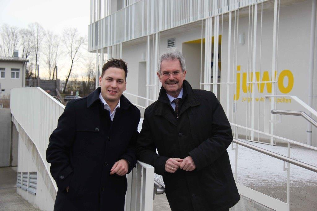 Heinreichsberger und Wilfing vor dem Jungen Wohnen in St. Pölten (Bildquelle: JVP Niederösterreich)