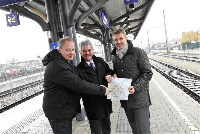 (v.l.n.r): Karl Mechtler (Pendlerinitiative Ladendorf), Verkehrslandesrat Karl Wilfing und VOR-Geschäftsführer Wolfgang Schroll (Bildquelle: Thomas Resch)