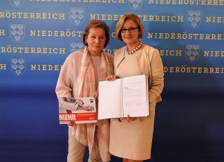 """(v.l.n.r.): NÖ Wirtschaftskammer-Präsidentin Sonja Zwazl und Landeshauptfrau Johanna Mikl-Leitner mit dem unterzeichneten Programm """"Mehr für Niederösterreichs Wirtschaft"""" (Bildquelle: Thomas Resch)"""