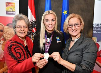 """""""Gläserner Leopold"""" für Vizeweltmeisterin Ivona Dadic (Mitte): Sport-Landesrätin Petra Bohuslav (links) und Landeshauptfrau Johanna Mikl-Leitner (rechts) gratulierten. (Bildquelle: NLK / Burchhart)"""