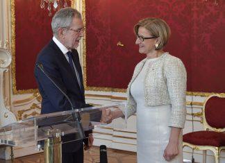 Landeshauptfrau Johanna Mikl-Leitner wurde durch Bundespräsident Alexander Van der Bellen im Maria Theresien-Zimmer der Hofburg angelobt (Bildquelle: NLK / Johann Pfeiffer)