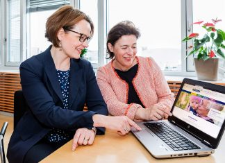 Familienlandesrätin Christiane Teschl-Hofmeister und Barbara Trettler, Geschäftsführerin der NÖ Familienland GmbH, setzen mit der neuen Website vom NÖ Familienland auf optimierten digitalen Service für Familien in Niederösterreich (Bildquelle: David Schreiber)