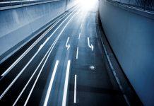 Dauerhaft sichtbare Fahrbahnmarkierungen aus reflektierenden Materialien können helfen, Unfälle zu vermeiden (Bildquelle: Getty / ollo / 3M)