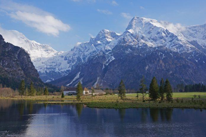 Panoramablick: Der Almsee beim Bergsteigerdorf Grünau im Almtal (Bildquelle: Ulrich Kirchmayr)