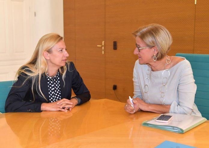 Landeshauptfrau Johanna Mikl-Leitner im Gespräch mit Bundesministerin Juliane Bogner-Strauß (Bildquelle: NLK Pfeiffer)