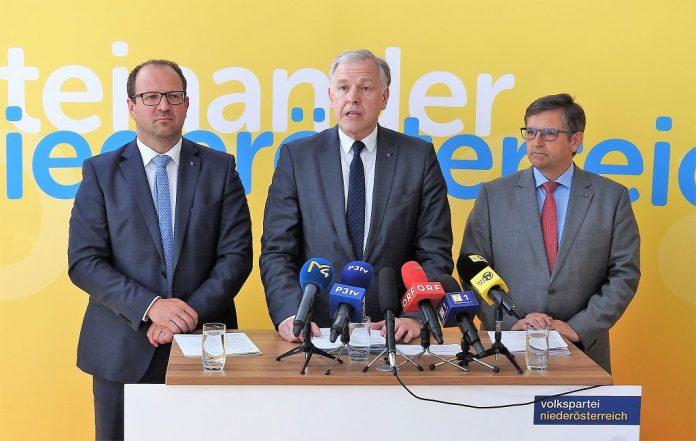 (v.l.n.r.): VPNÖ-Landesgeschäftsführer Bernhard Ebner, Landesrat Martin Eichtinger und VPNÖ-Arbeitsmarktsprecher Franz Rennhofer bei der Pressekonferenz in St. Pölten. (Bildquelle: Thomas Resch)