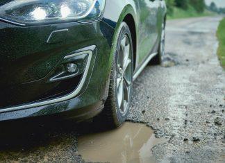 Beim neuen Ford Focus reduziert ein interaktives Fahrwerkssystem mit adaptiver Dämpferregelung (Wunschausstattung) die störende Wirkung von Schlaglöchern (Bildquelle: Ford)