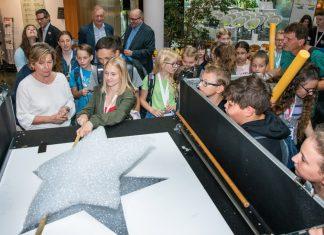 Passend zu den Sternen der EU ließ WKNÖ-Präsidentin Sonja Zwazl gemeinsam mit den Schülerinnen und Schülern zum Auftakt des EU-Kids-Days im Foyer der WKNÖ-Zentrale in St. Pölten Sterne steigen (Bildquelle: Andreas Kraus)