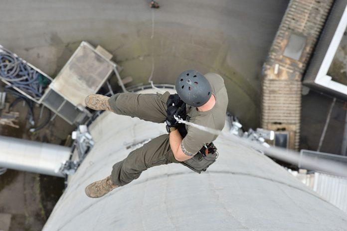 Zwölf Einsatzbeamte der Cobra-Stützpunkte Linz und Salzburg haben bei der Seiltechnik-Übung am 183 Meter hohen Kraftwerks-Kamin ihr Können und ihre Körperbeherrschung unter Beweis gestellt (Bildquelle: LINZ AG)