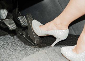 Flip-Flops, High Heels & Co. beeinträchtigen Pedalbedienung und damit Fahrsicherheit (Bildquelle: Mani Hausler)