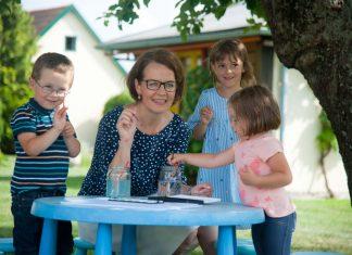 (v.l.n.r.): Landesrätin Christiane Teschl-Hofmeister sieht Niederösterreich auf einem guten Weg beim Ausbau der Kinderbetreuung und freut sich über die steigenden Betreuungszahlen (Bildquelle: Josef Herfert)