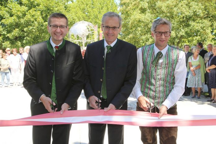 (v.l.n.r.): Eurothermen-Generaldirektor Markus Achleitner, Bürgermeister KR Gerhard Baumgartner und Ing. Markus Brandlmayr (Obmann Marktmusikkapelle Bad Schallerbach) eröffnen die neugestaltete Thermenpromenade in Bad Schallerbach (Eurothermen Resorts/Andreas Maringer)
