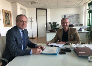 (v.l.n.r.): LH-Stellvertreter Stephan Pernkopf und Infrastrukturminister Norbert Hofer geben Auftrag für weiteren Hochwasserschutz Ausbauplan an der Donau (Bildquelle: zVg.)