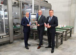 (v.l.n.r.): Mag. Alfred Berger (NÖM - Vorstand Marketing und Verkauf), LH-Stellvertreter Dr. Stephan Pernkopf und Ing. Josef Simon (NÖM - Vorstand Produktion und Technik) freuen sich über die Investitionen in die Zukunft der NÖM (Bildquelle: NLK / Burchhart)